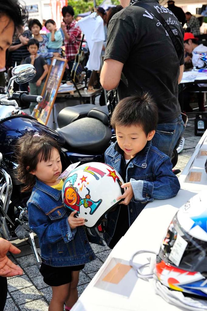 ちびっ子用のヘルメットは、ちゃんとちびっ子の手に渡りました~!