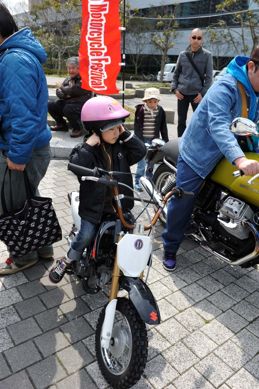 可愛いっ! 未来のライダーですよ~。だれかバイクの乗り方教えてあげて~(^v^)