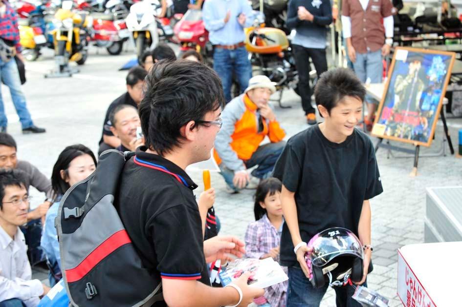 じゃんけん大会で子供用のヘルメット、最後に少年に勝ちを譲ってくれたお兄さん!