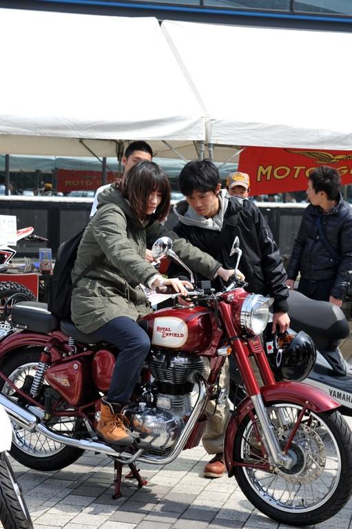 「ねぇねぇ~、私これ似合うやろ~?どう、このバイク?」 「おぅ、いいっちゃない!かっこいいやん!」