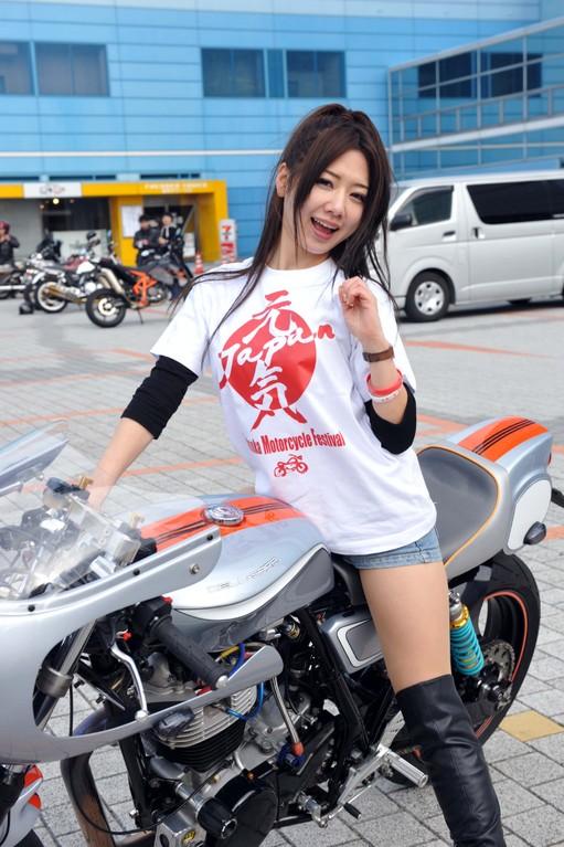 カスタムバイクには美女が良く似合いますね~(^.^)/~~~