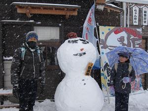 隊員とその友達が作った雪だるま。頭は6人がかりでのせました