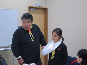 三角巾を使った救急法。