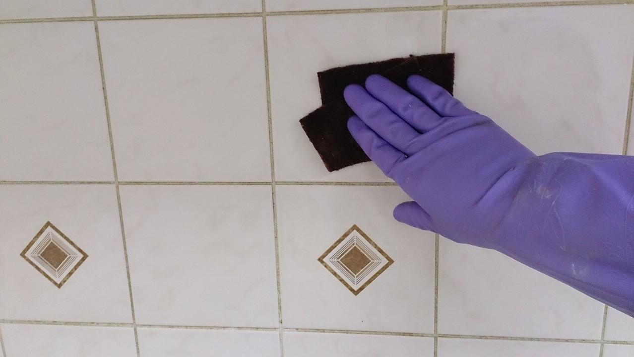 壁、タイルなどの油汚れも丁寧に落とします