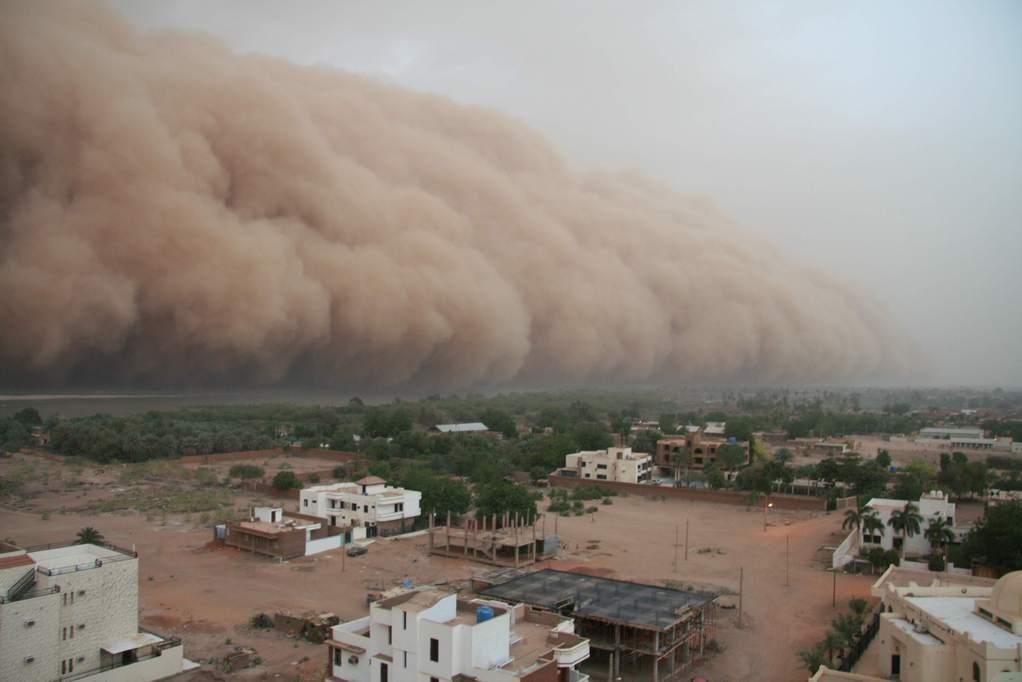Tempestade de areia sobre o Rio Nilo, no Sudão, em 29/04/2007.