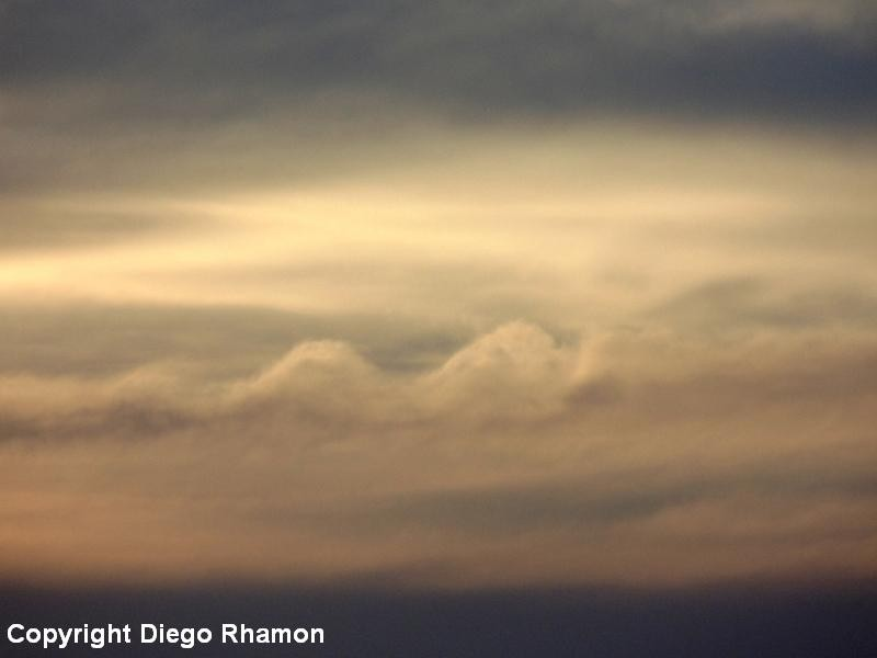 Ondulações Kelvin-Helmholtz causadas por cisalhamento de vento, vistas em Campina Grande, Paraíba, em 06/12/2014.