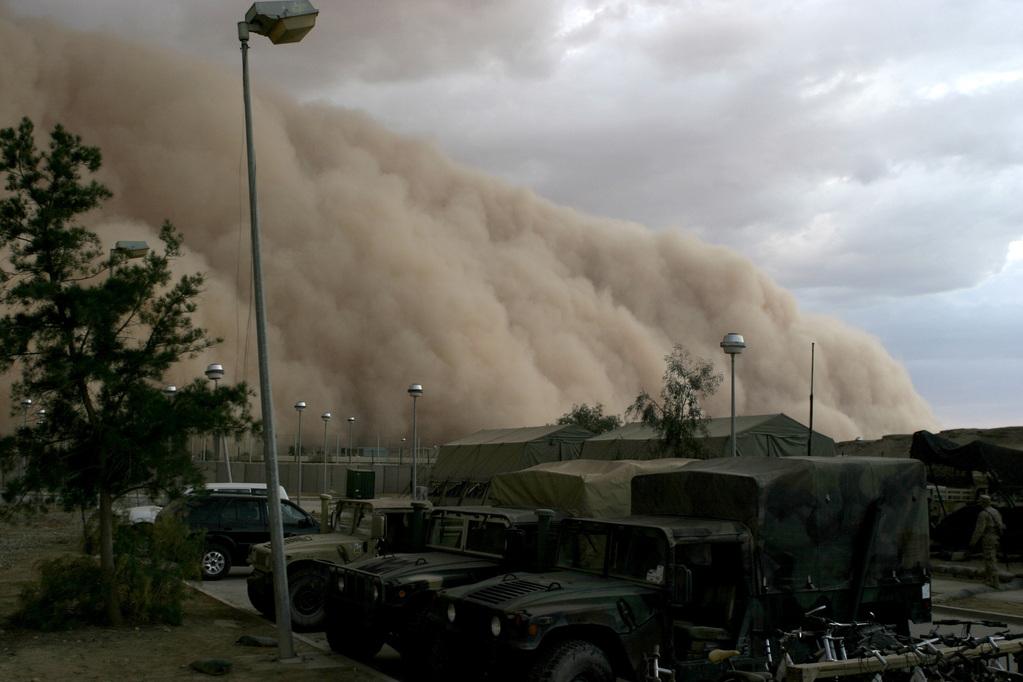 Tempestade de areia próxima a um acampamento militar em Al Asad, Iraque, em 27/04/2005. Foto de Corporal Alicia M. Garcia, U.S. Marine Corps.