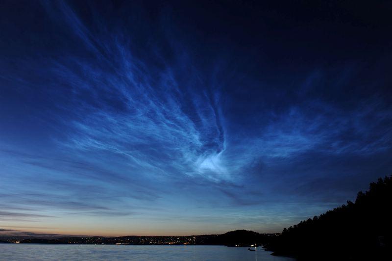 Nuvens noctilucentes vistas em Sandbukta, Svartskog, Noruega, em 15/07/2009. Foto de Morten Ross.