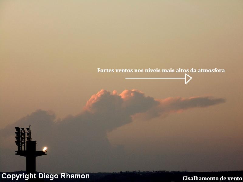 Nuvem Cumulonimbus com cisalhamento de vento, vista em Campina Grande, Paraíba, em 21/12/2014.