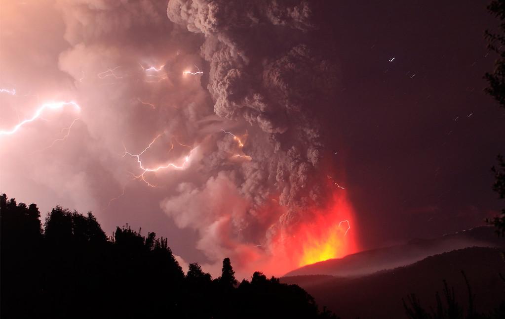 Raios provenientes da erupção do vulcão Puyehue, no Chile, em junho de 2011. Foto de Ivan Alvorado.