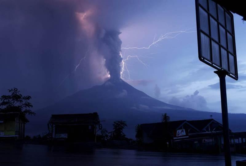 Raios provenientes da erupção do vulcão Merapi, na Indonésia, em 06/11/2010.