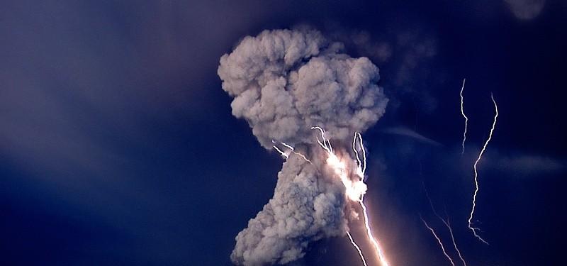 Raios provenientes da erupção do vulcão Grimsvotn, na Islândia, em 25/05/2011. Foto de Jon Gustafsson.