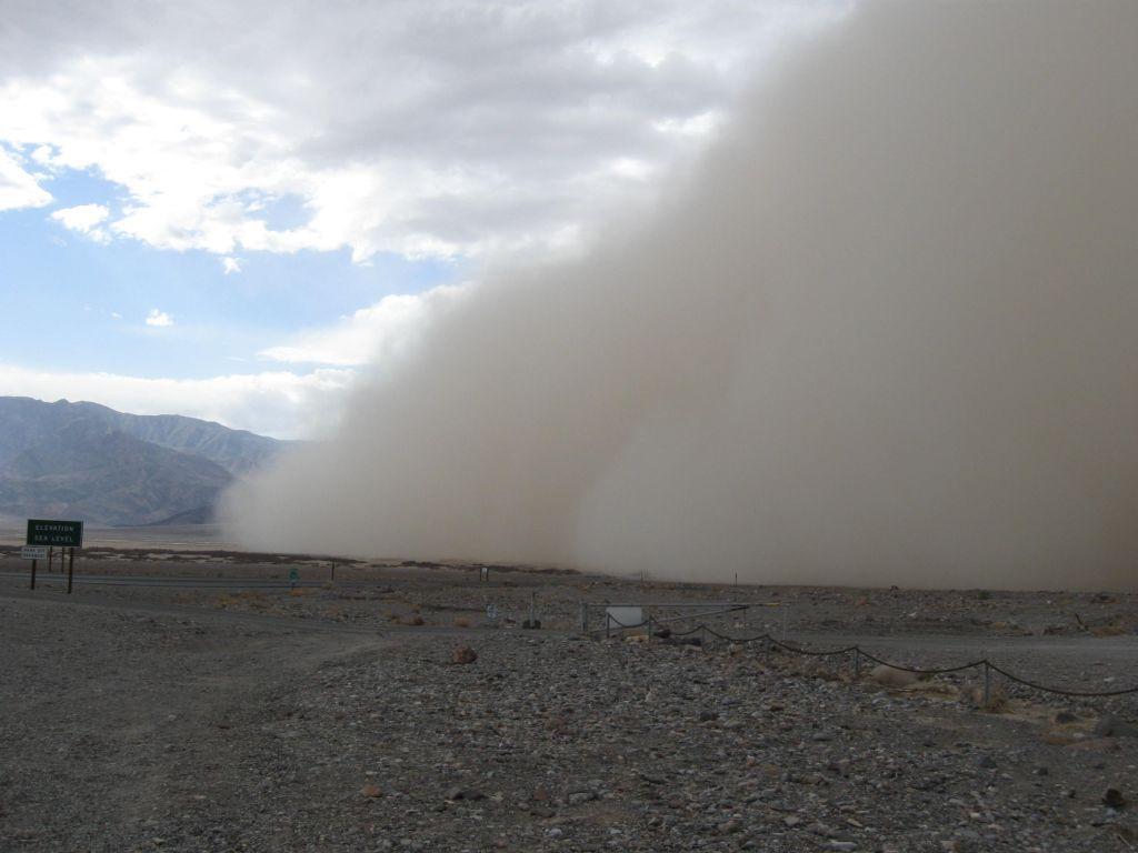 Tempestade de areia no Death Valley National Park, em 13/02/2012. Foto de Naomi McGraw.