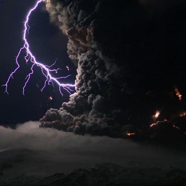 Raios provenientes da erupção do vulcão Eyjafjallajökull, na Islândia, em 2010.