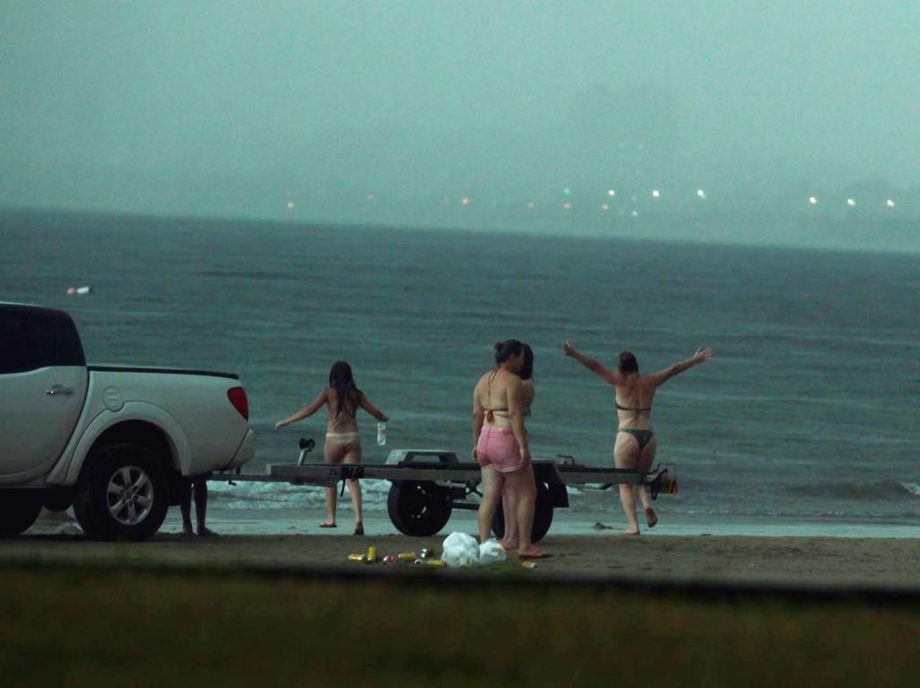 Rosângela indo chamar o filho e os sobrinhos no mar. Crédito: Rogério Soares.