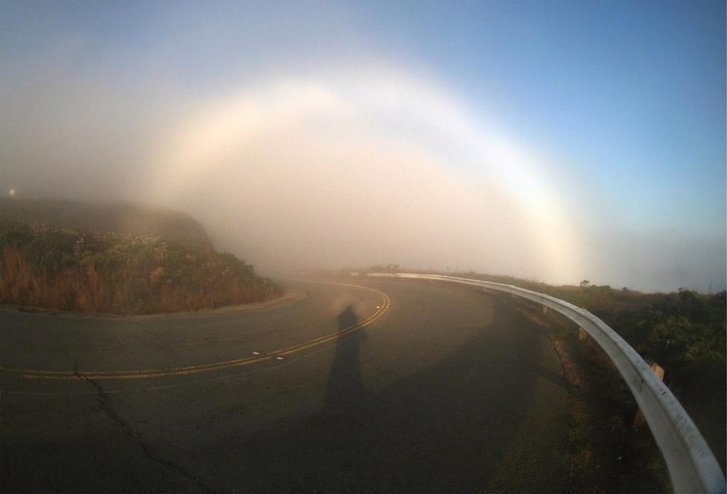 Espectro de Brocken e um arco-íris branco, vistos em São Francisco, Califórnia, EUA, em setembro de 2006. Foto de Mila Zinkova.