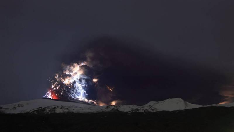 Raios provenientes da erupção do vulcão Eyjafjallajökull, na Islândia, em 19/04/2010.