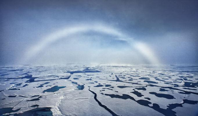 Arco-íris branco no mar ártico.
