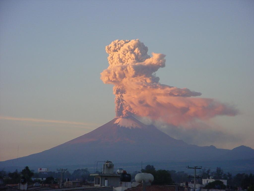 Erupção do vulcão Popocatépetl, no México, em 01/12/2007.