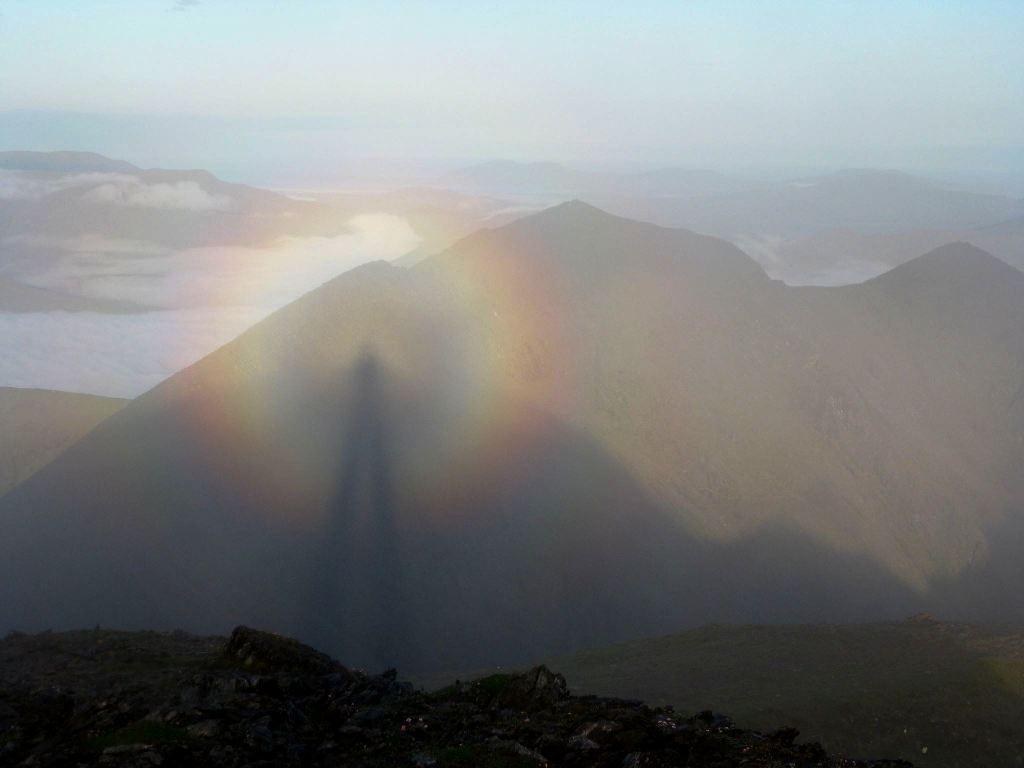 Espectro de Brocken visto no pico Carrauntoohil, o mais alto da Irlanda, localizado no Condado de Kerry, em 22/06/2009. Foto de Micheal Burke.