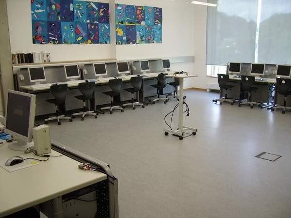 Computerraum mit 16 Schülerarbeitslätzen
