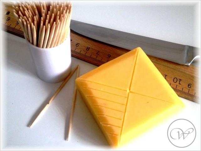 Mittels Zahnstocher das gewünschte Muster in die Seife ritzen. Überstand mit einem Messer vorsichtig abschaben.