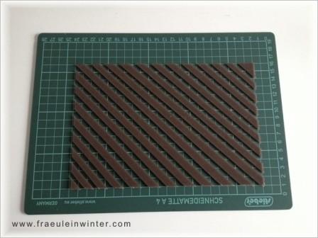 Die diagonalen Streifen werden über die gesamte Fläche geschnitten. Die überschüssigen braunen Streifen entfernen.