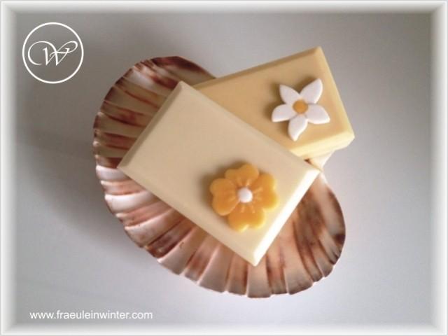 Seife mit Blümchen - handmade soap by Fräulein Winter