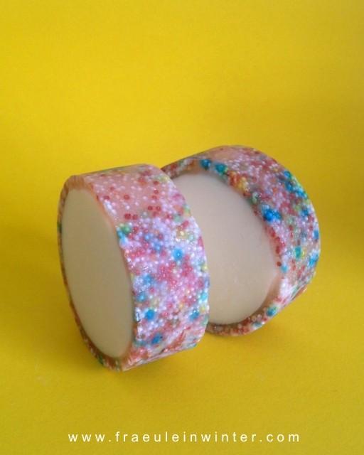 Mit Zuckerperlen - handgemachte Seife - rimmed soap