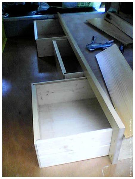Un soubassement de lit avec tiroirs