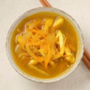 にんじんと油揚げのカレー味噌汁
