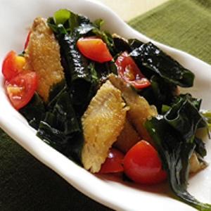 イワシとトマトの海藻サラダ