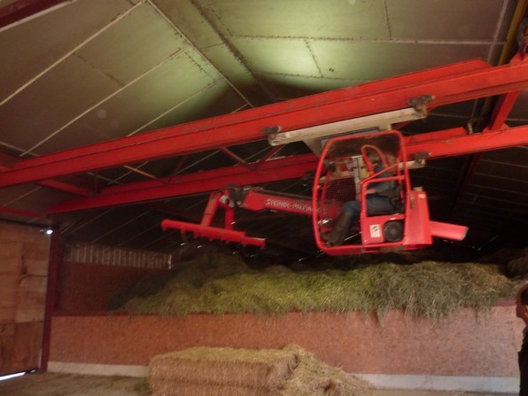 L'air chaud canalisé sous le fenil permet un séchage de l'herbe qui préserve tous les élements nutritifs.