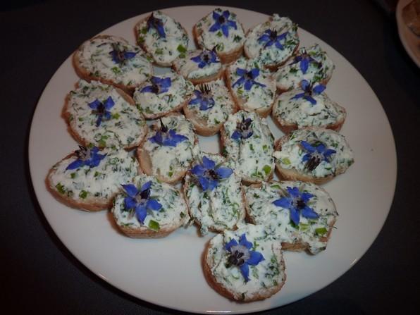 Version salée pour l'apéro en ajoutant de la menthe et de la ciboulette ciselée et avec une fleur de bourrache.