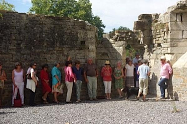 Dans les restes de l'abbaye de Lucq l'ombre est rare et appréciée par le groupe.