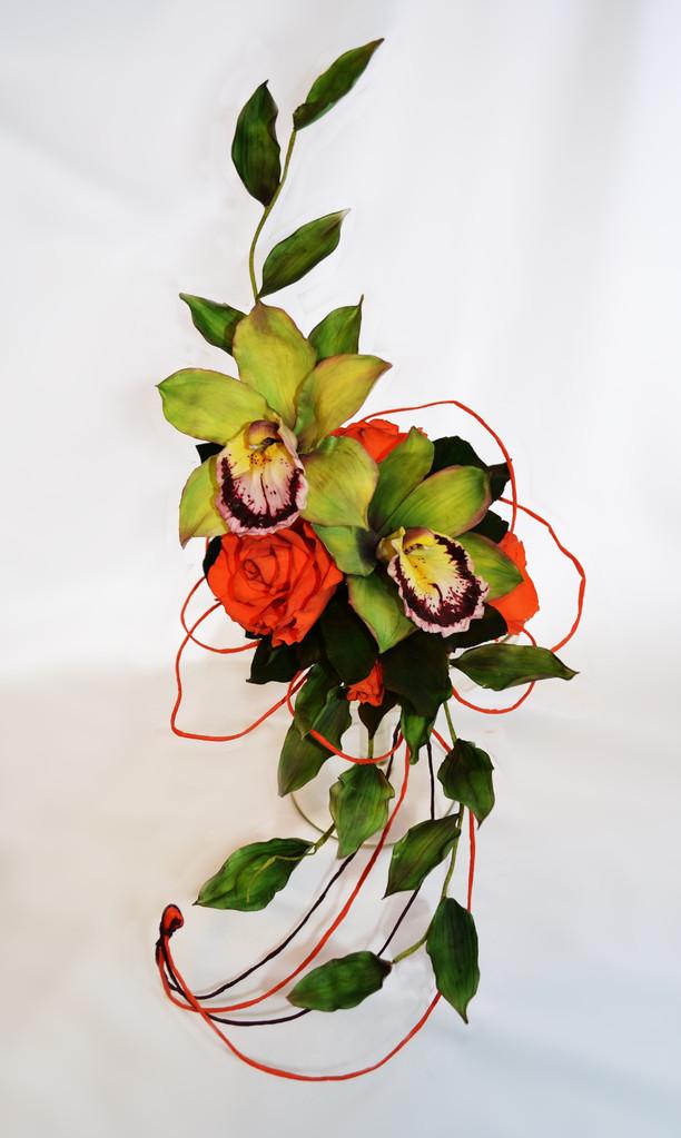 Орхидеи цимбидиум и розы