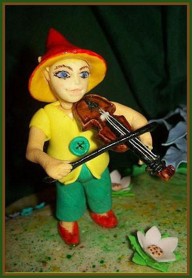 Гномик играющий на скрипочке