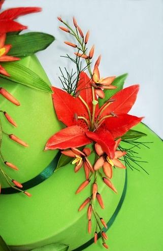 Свадебный торт с ярко-красными лилиями