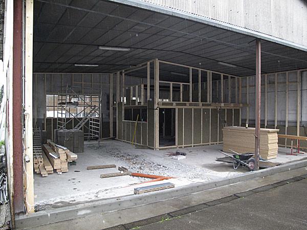 12. April Büro und Werkstatt Getränketechnik sowie die WC-Anlage werden aufgestellt