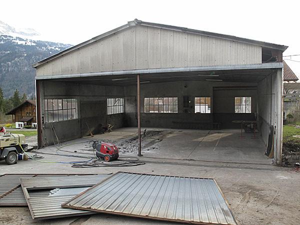 26. März 2011 Baubewilligung eingetroffen - die Blechtore werden ausgebaut
