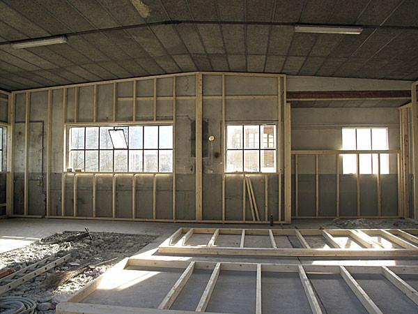 5. April Die Halle wird mit einer Ständerkostuktion und mit 20cm Isolation aufgebaut
