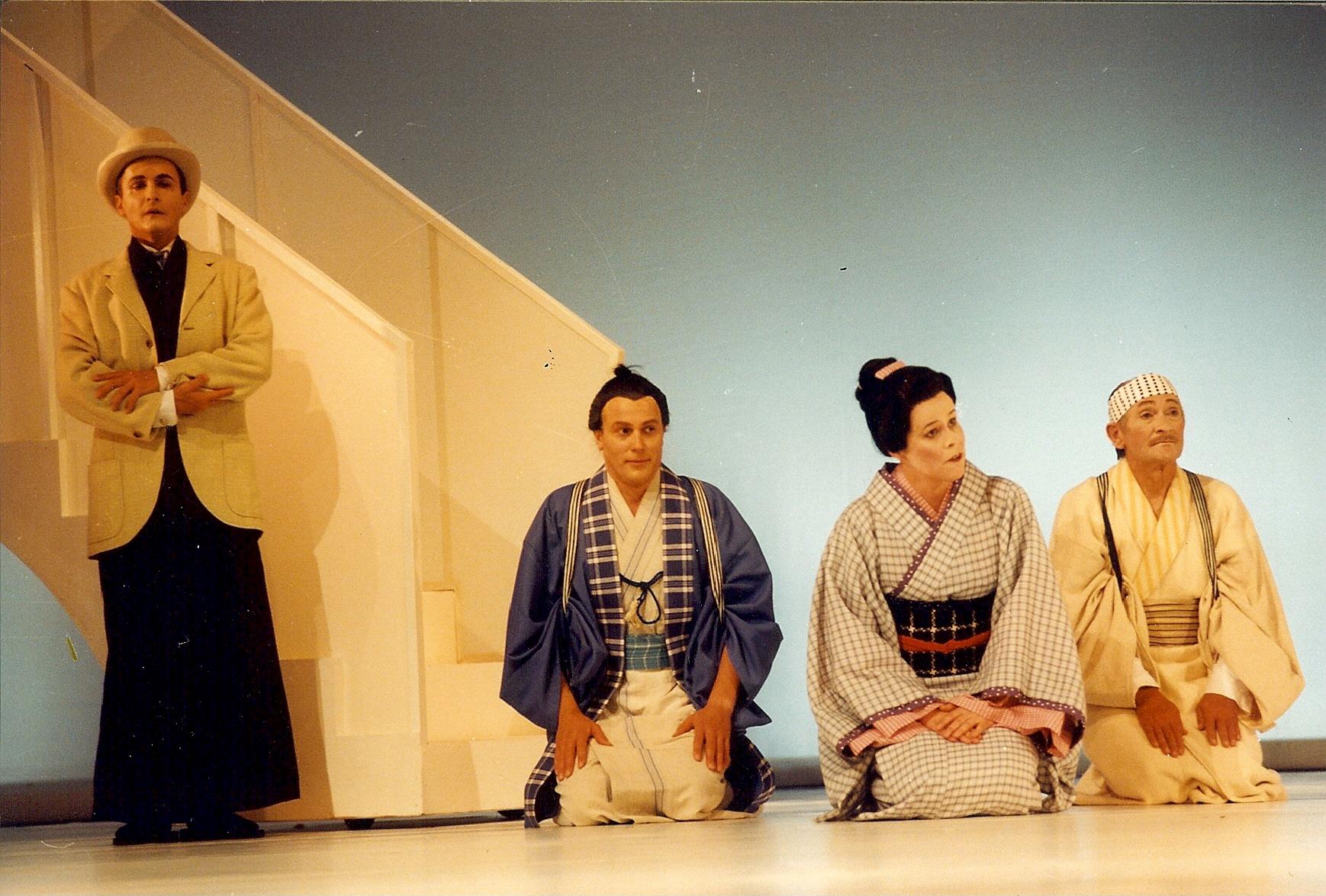 """Suzuki in """"Madame Butterfly, mit Chorherren und Titus Paspirgilis, Landestheater Neustrelitz (Herbert Krüger)"""