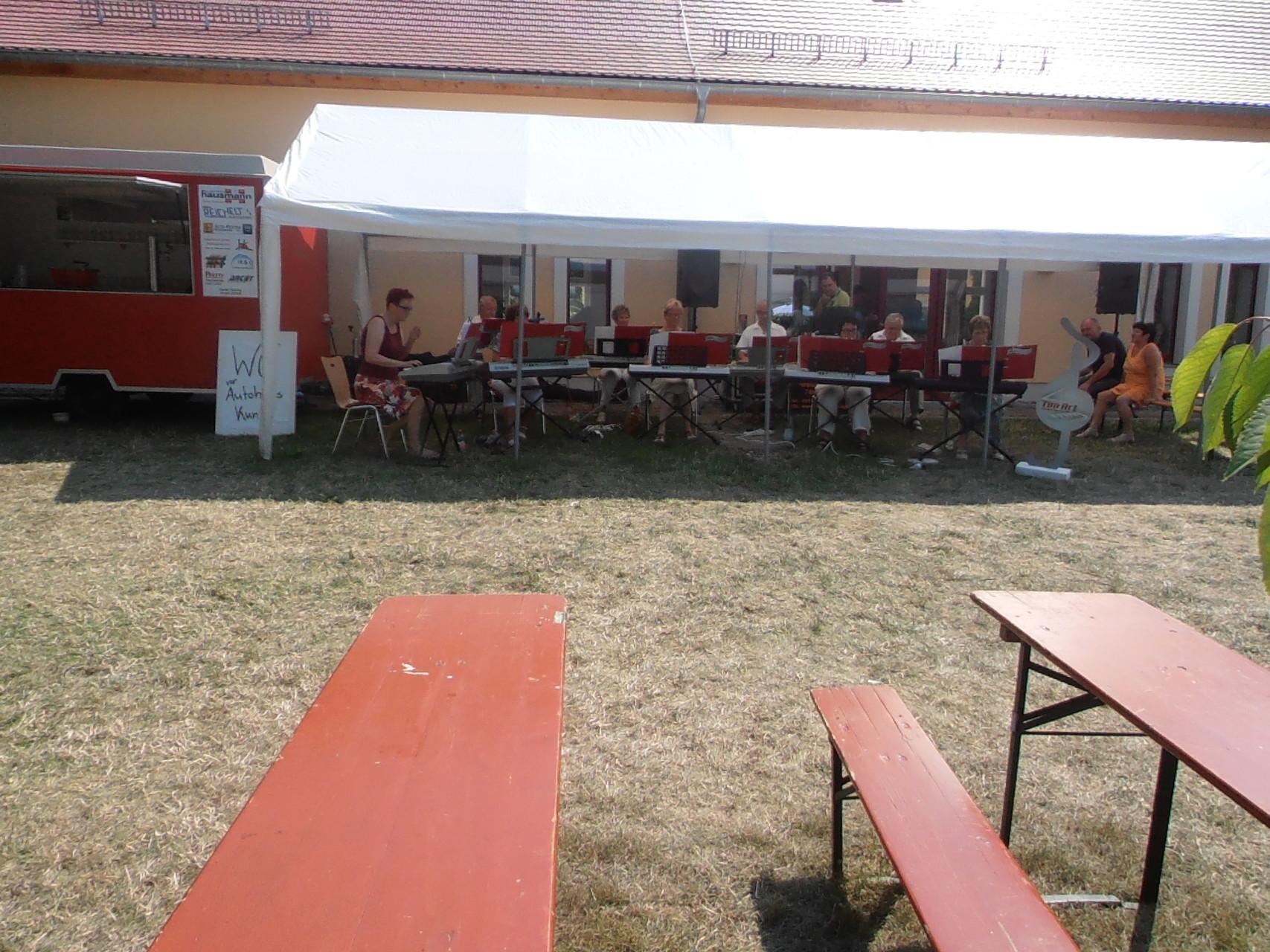 Wir spielen auch bei 35 Grad im Schatten... in Wildenhain an der Kirchenscheune