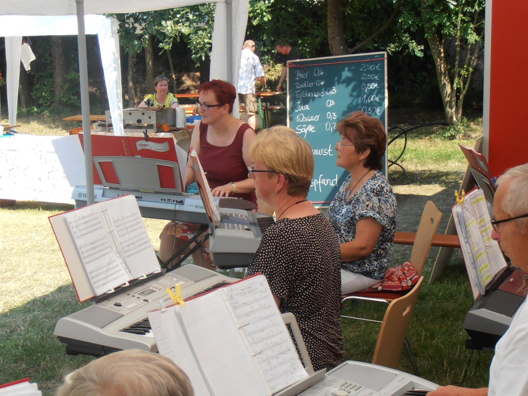 Wir spielen auch bei 35 Grad im Schatten...in Wildenhain an der Kirchenscheune