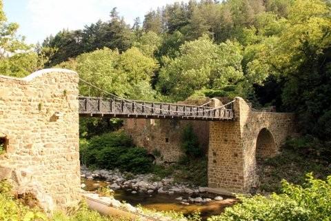 Pont de Moulin sur Cance Ce pont, classé monument historique et rénové à l'identique en 2013, est l'un des derniers ouvrages présents mettant en valeur l'ingéniosité de Marc Seguin.