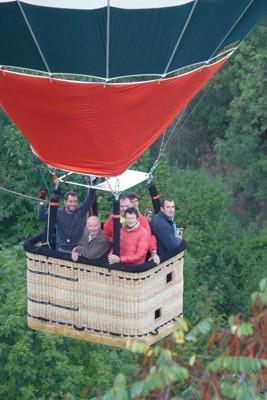 LE VOL DECOUVERTE   Avec notre formule « Vol Montgolfière Découverte »,  prenez place à bord de nos montgolfières accueillant  chacune au maximum 5 ou 6 passagers, privilégiant ainsi  l'échange avec notre équipe. Partagez un moment convivial