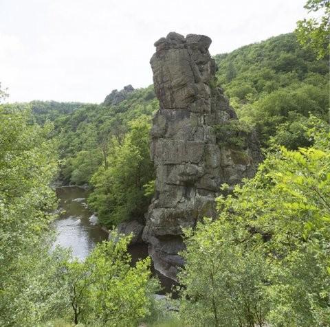 La roche Péréandre est un énorme rocher naturel qui se dresse au beau milieu de la Cance sur la commune de Vernosc-lès-Annonay. Sa stature imposante est bien connue des amateurs d'escalade et des randonneurs.