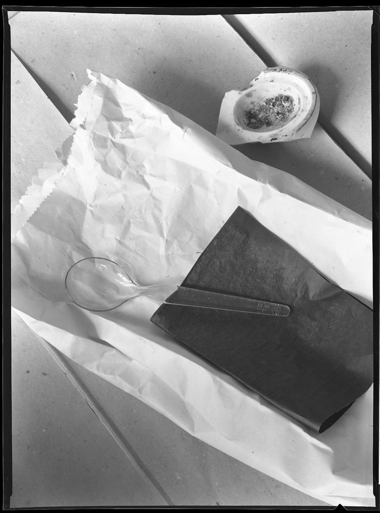 Aschenbecher mit Papiertüte, 1983