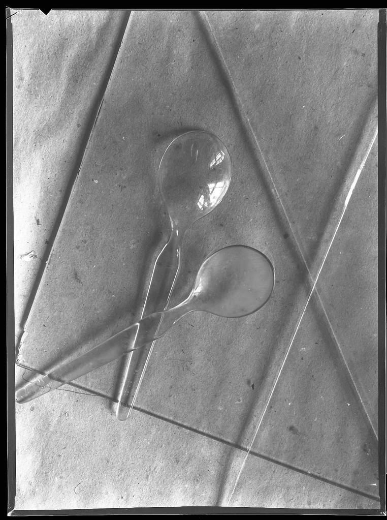 Zwei Plastelöffel auf Glasscheibe, 1983