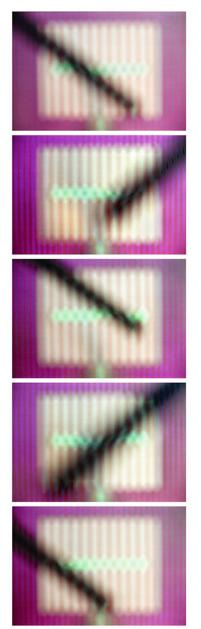 5 Positionen: schwarzer Stab von rechts und links, Schärfe unendlich